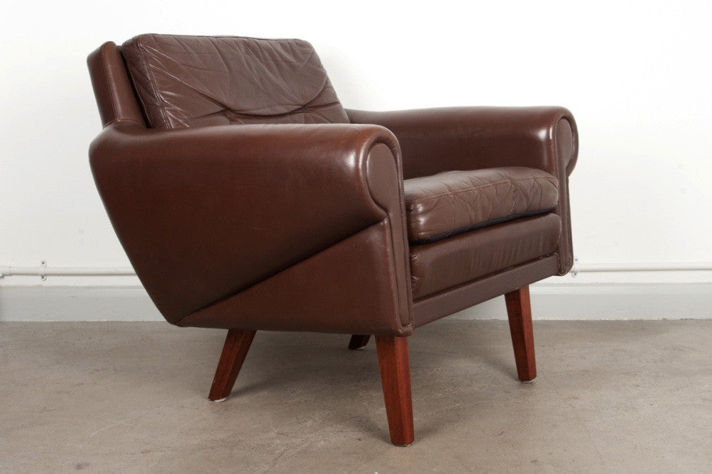 Low back leather lounger on teak legs