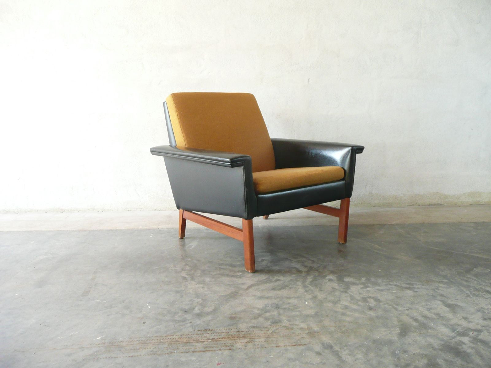 Reclining lowback lounge chair
