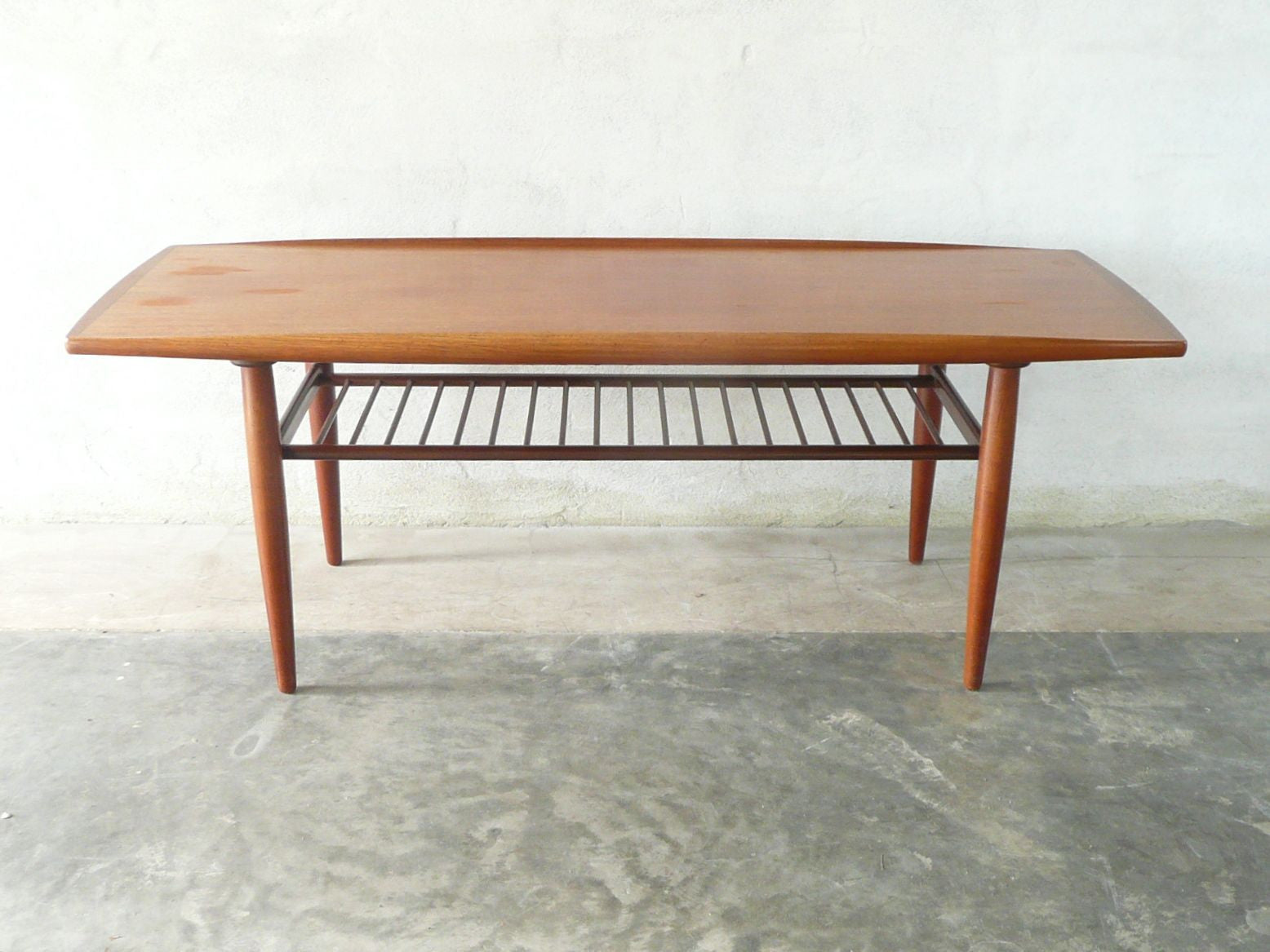 Two-tiered coffee table with lipped edge