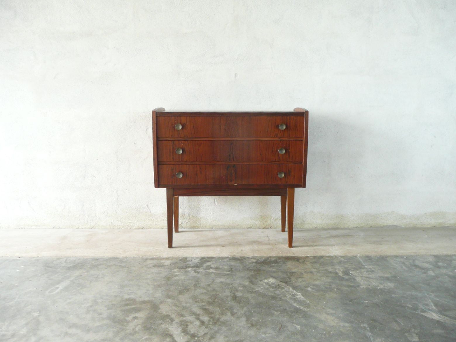 Short chest of three drawers in rosewood