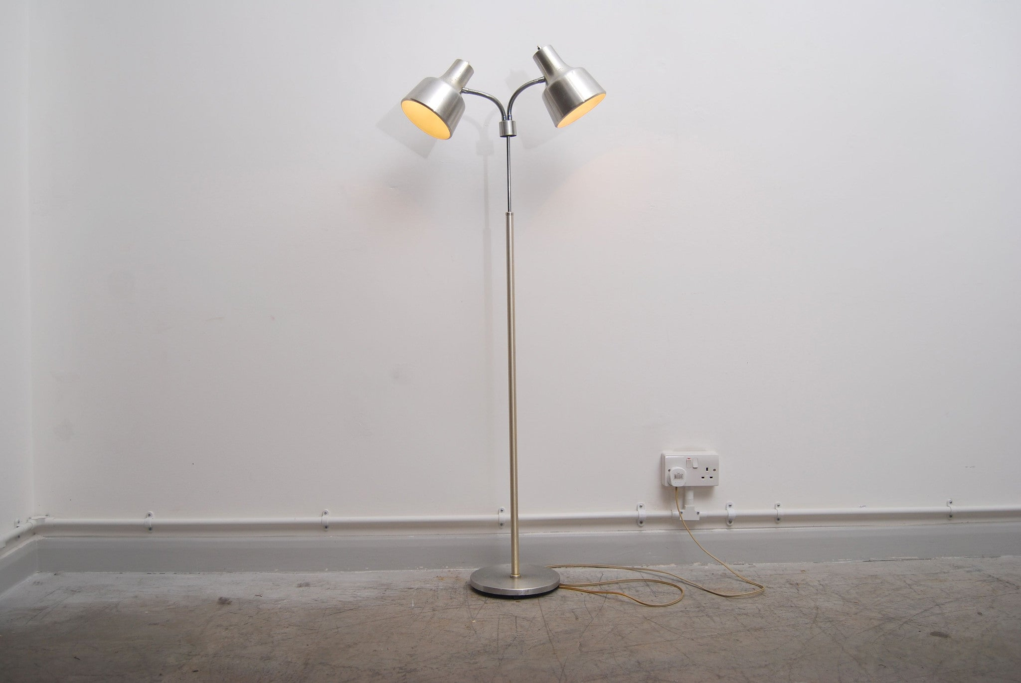 Height adujstable floor lamp