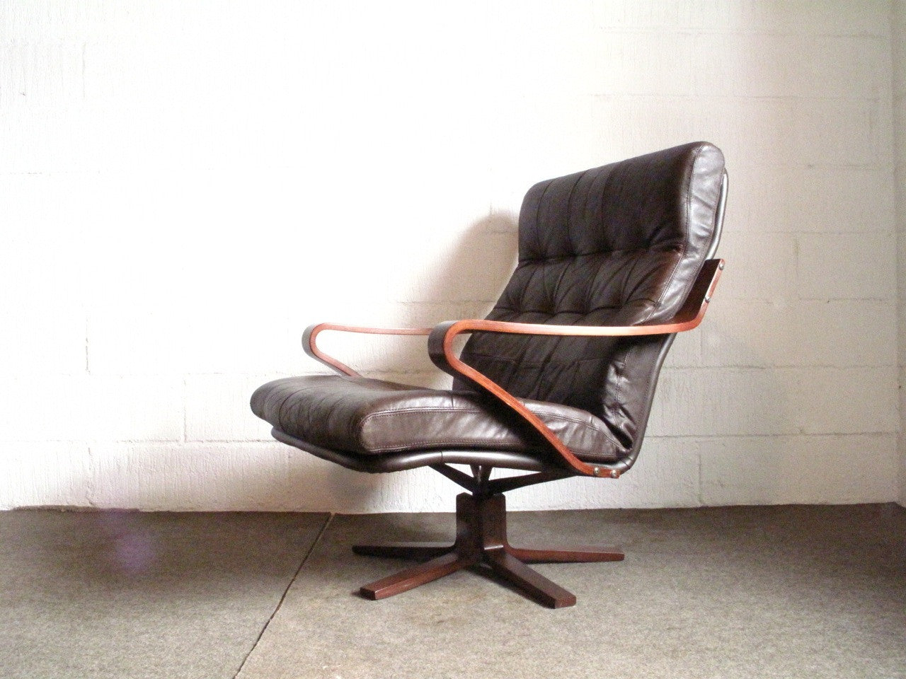 Chase & Sorensen High back leather lounge chair produced by Skipper's MÌübler