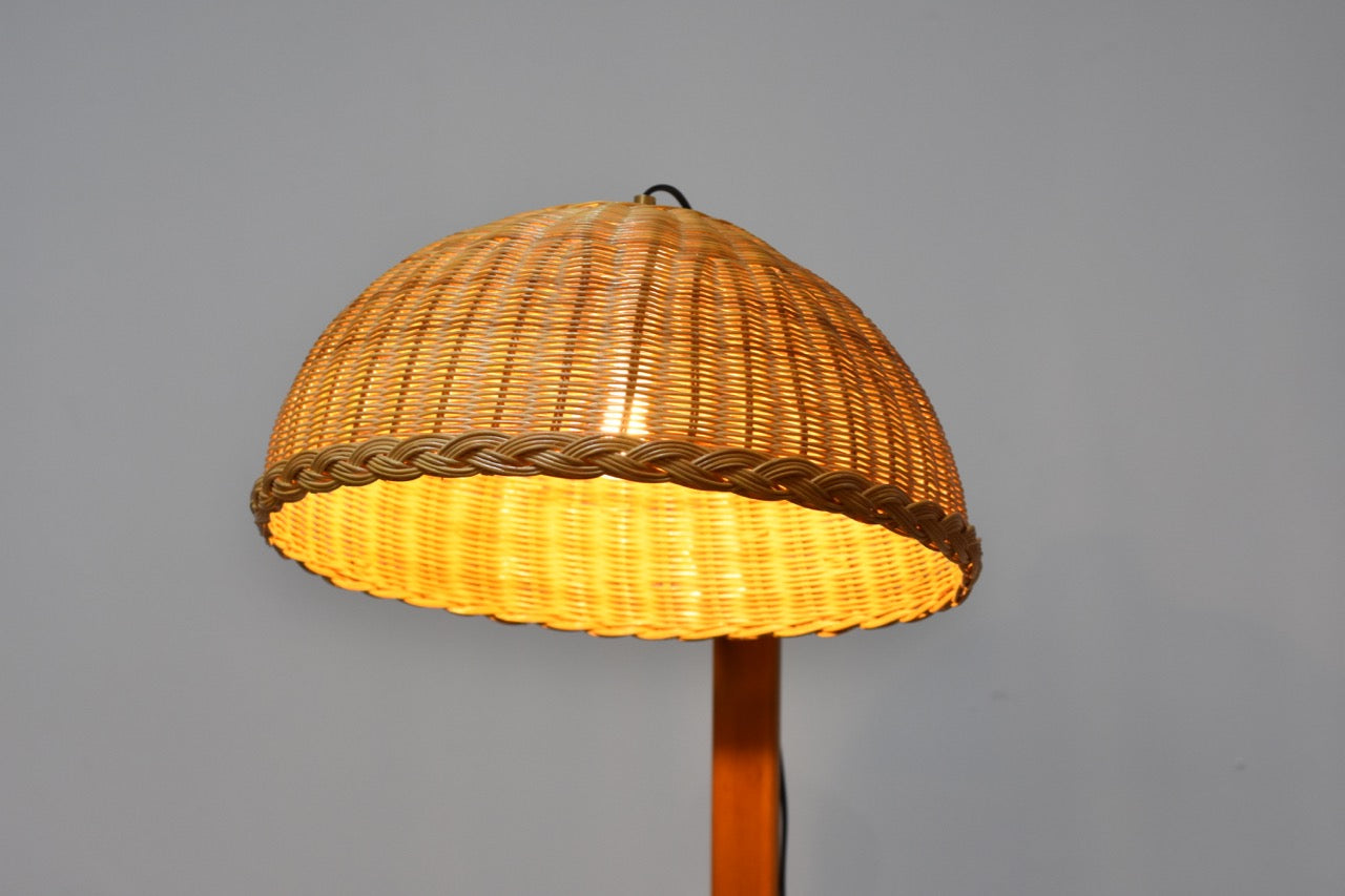 Floor lamp with wicker shade by Ateljé Lyktan