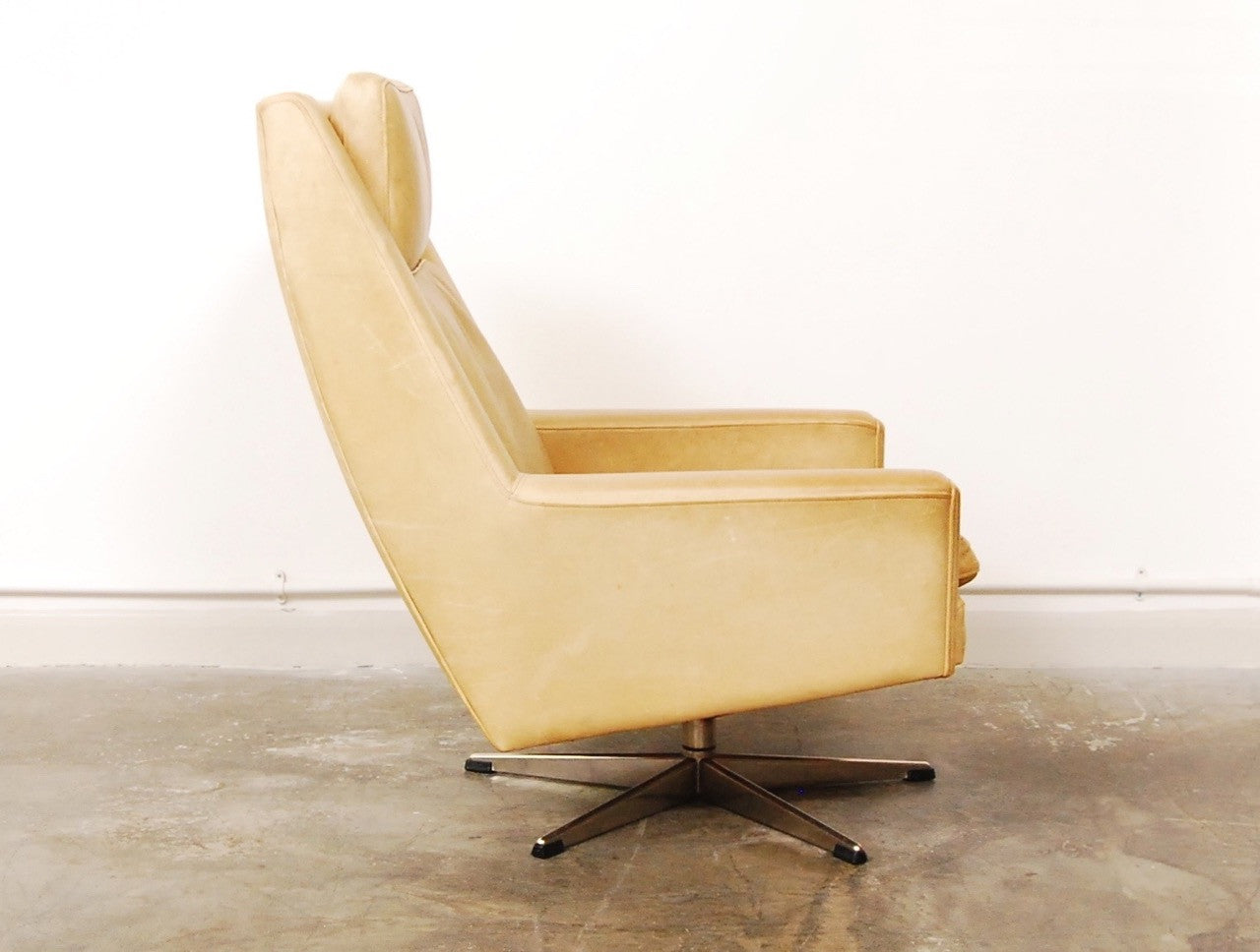 Generic Brand High back lounger in cream leather