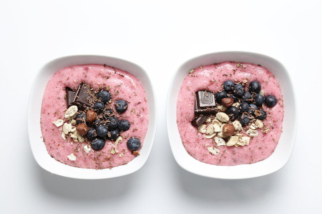 smoothie-bowl-with-chocolate-berries