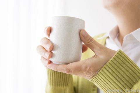 Demonstrate Proper Way To Drink Tea With A Yunomi Tea Cup