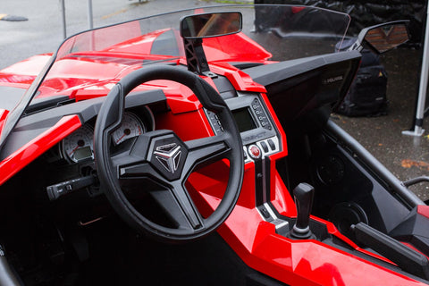 In terms of safety, the Slignshot is also a hybrid. There are three-point belts fixed in the center of the cockpit, water-repellent seats, ABS, traction control and ESP. But the Slingshot has no airbags, a roof over the head and a full-fledged windshield.
