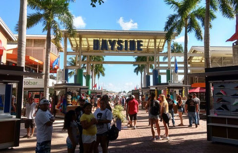 Bayside has more than 150 stores as well as many cafes and bars. There are always performances and concerts to attract people to the market.