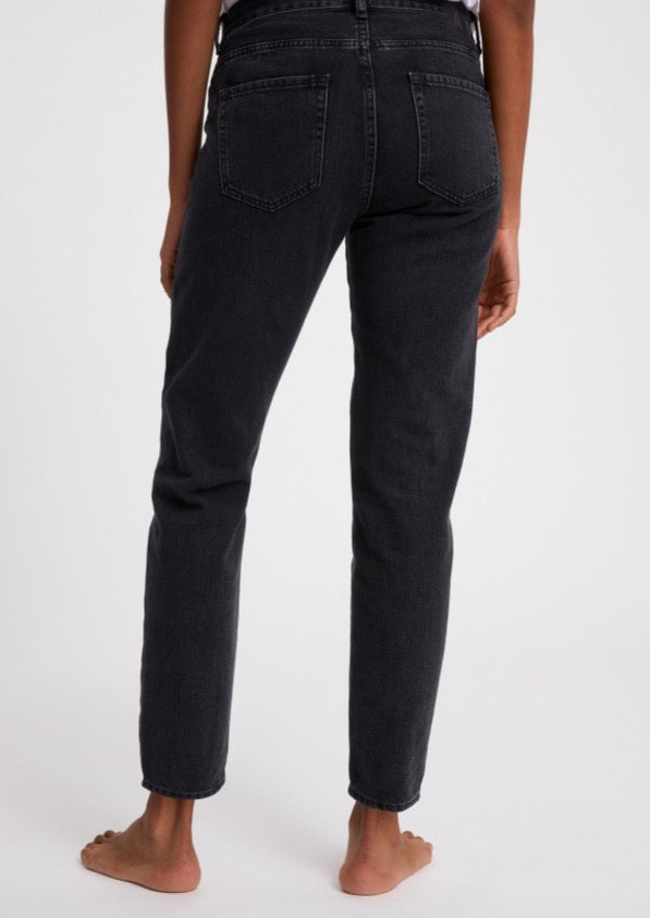 Jeans CAJAA in washed down black von ARMEDANGELS