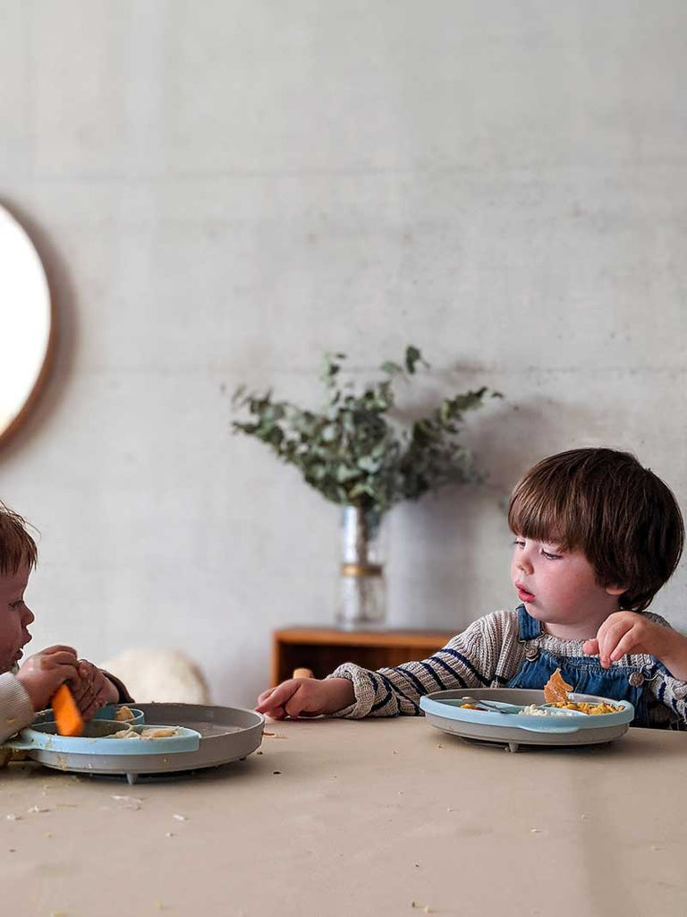 studio huske wipeable waterproof table mats two toddler brothers chatting in messy high chairs