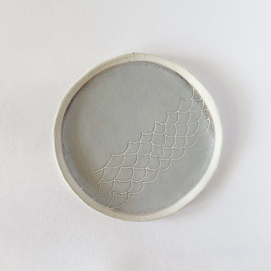 Clay Beehive | ceramic plate | grey scallops 1 | 16cm