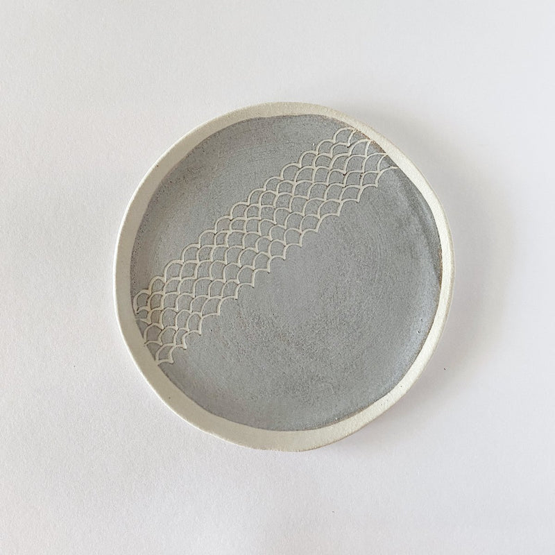 Clay Beehive | ceramic plate | grey scallops 2 | 17cm