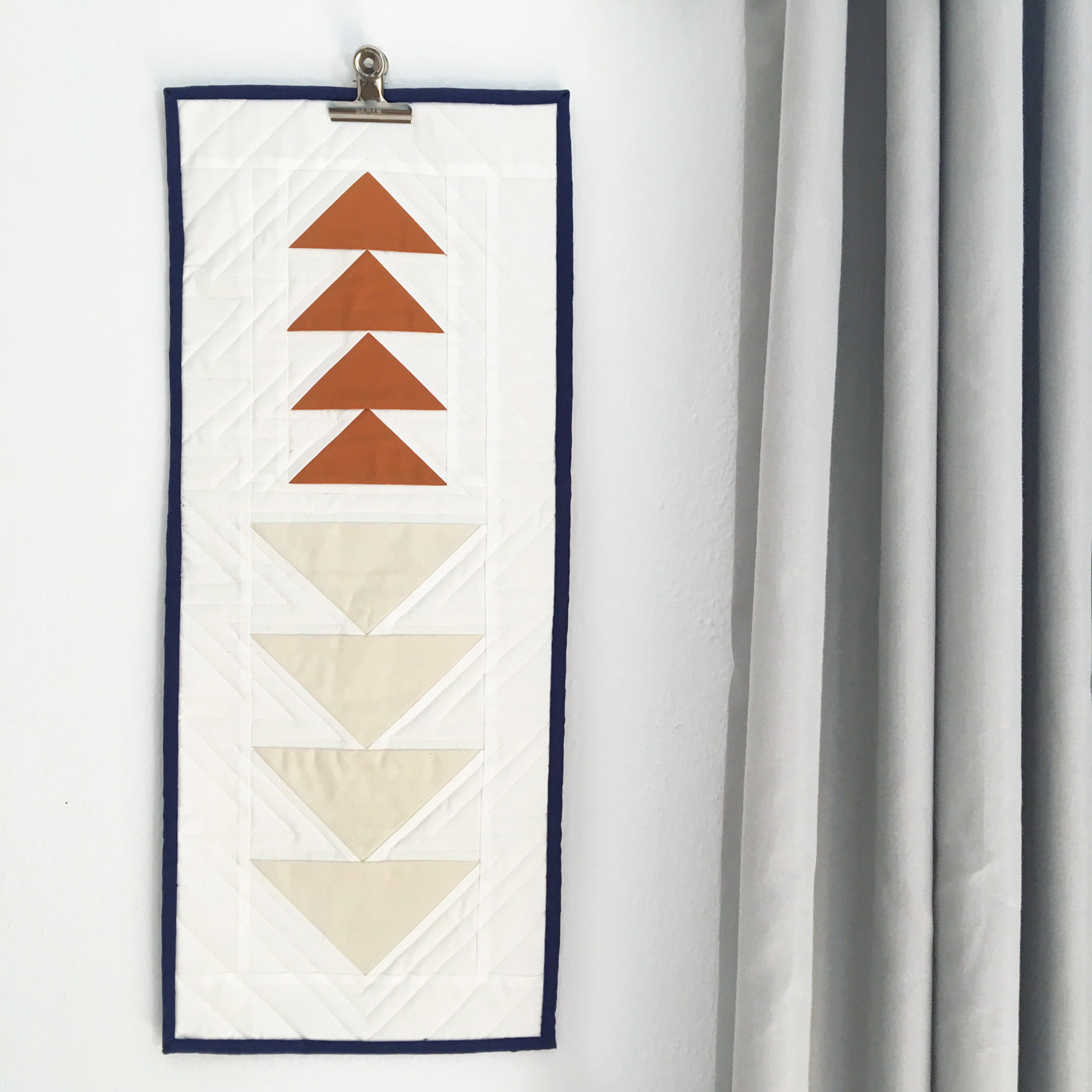 Flying geese mini quilt. A free wall hanging pattern.