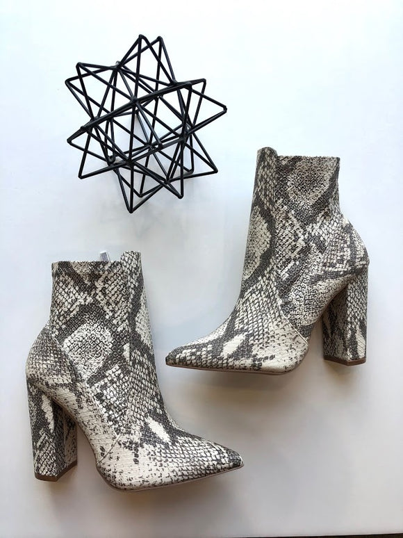 Pointed toe stretch snake print bootie