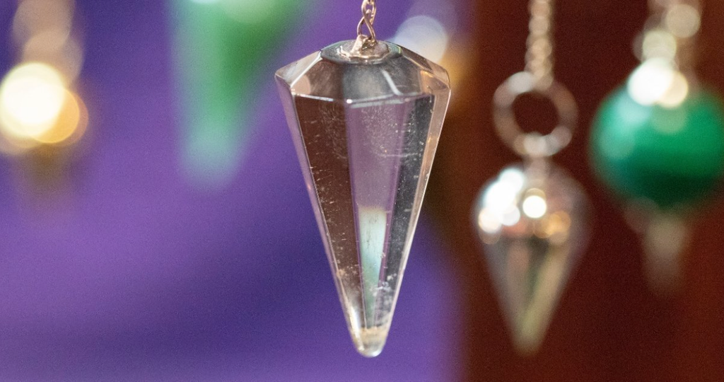 instructions on how to use pendulums for beginners, easy guide, dowsing pendulums hanging