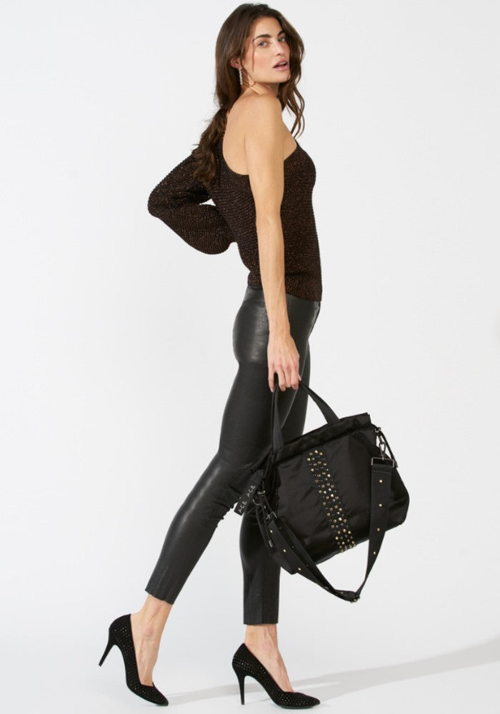 Woman carrying a ACE Urban Tote Bag color Black made with ECONYLu00ae regenerated nylon