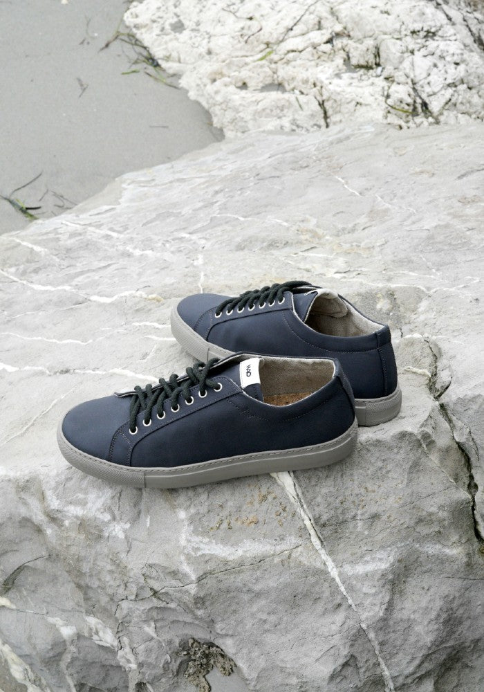 Side view of the WAO shoes Low Top Nylong color Graphite and Grey made with ECONYLu00ae regenerated nylon