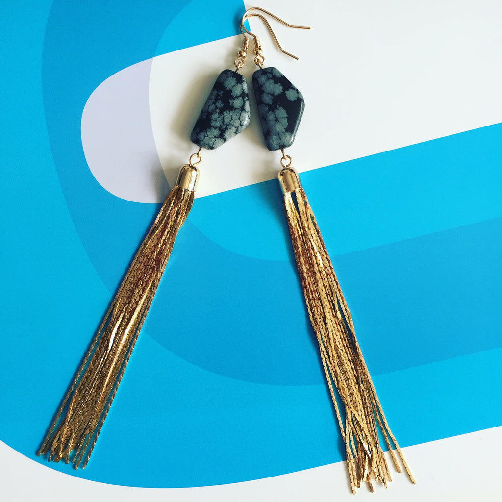 Longe earrings with stone and multiple chains. Pendientes largos con piedra y cadenas doradas