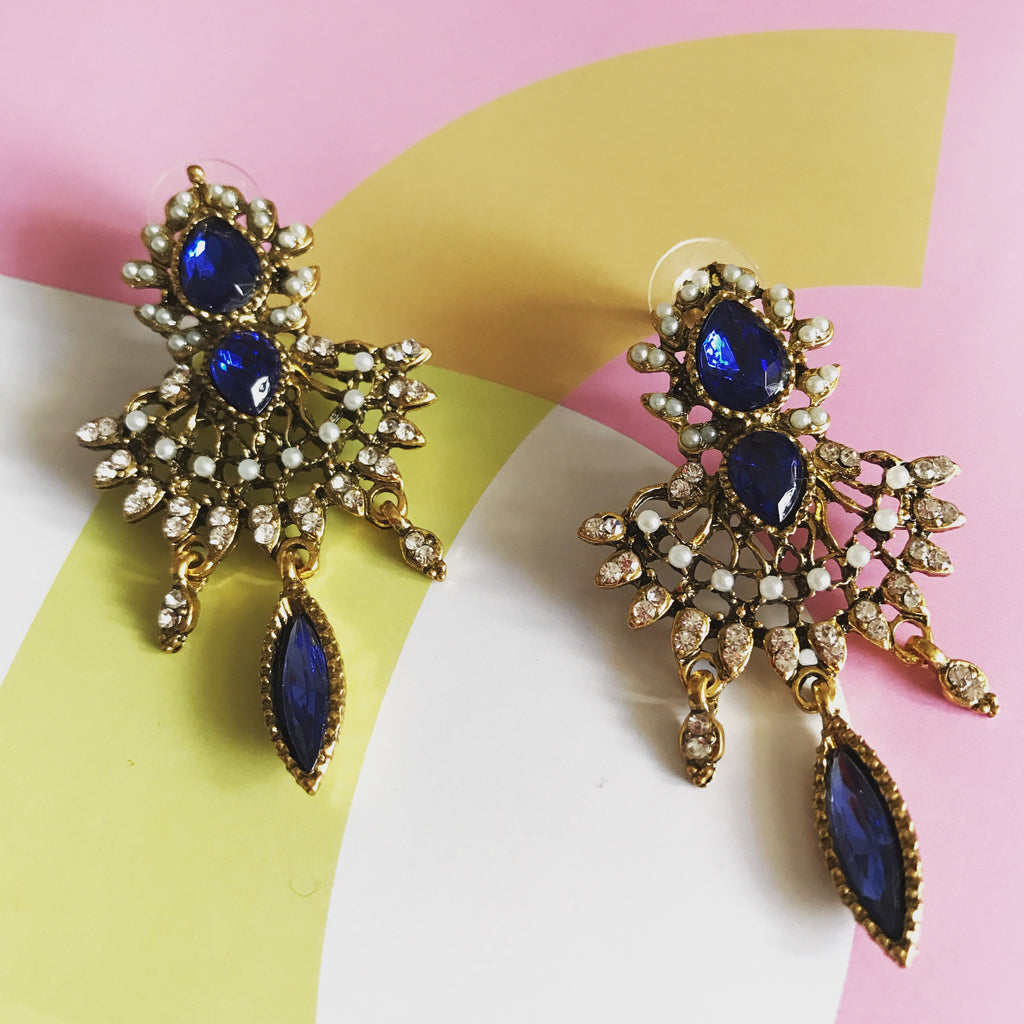 pendientes con cuentas de esmalte azul y perlas falsas. Metalic earrings with little false pearls and blue crystals