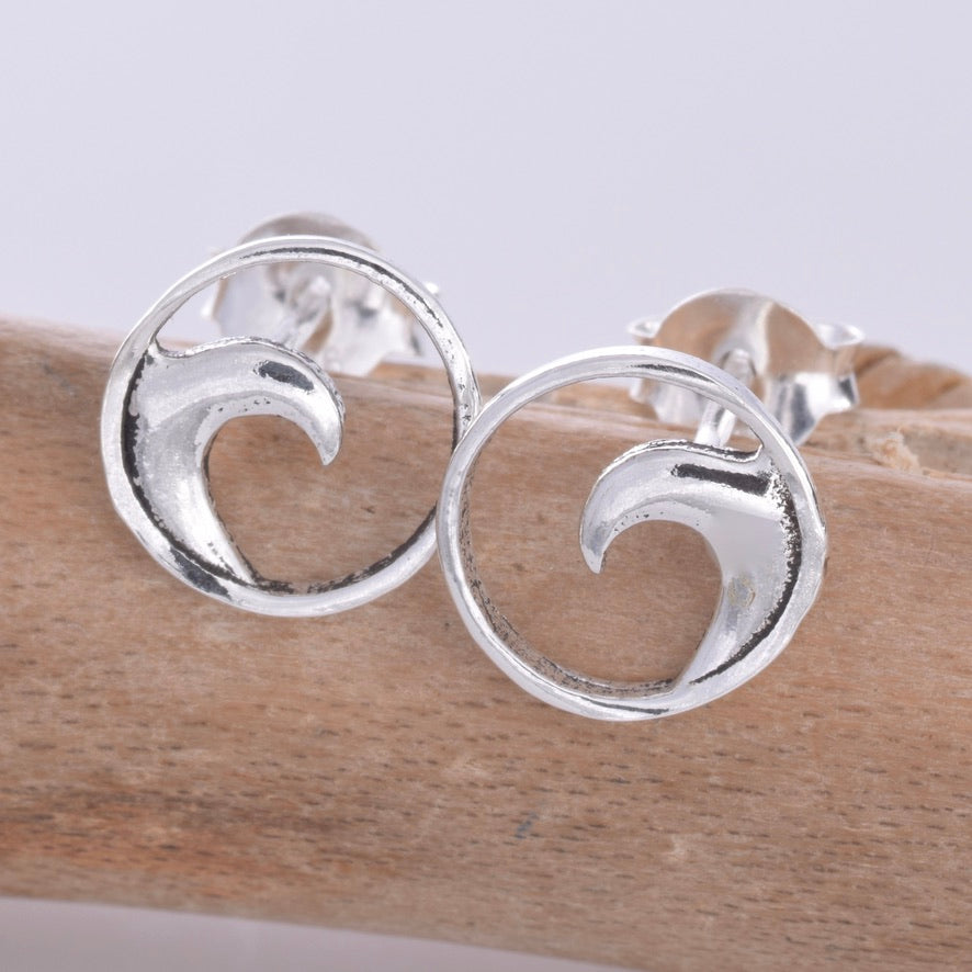 S605 - Silver disc with wave stud earrings