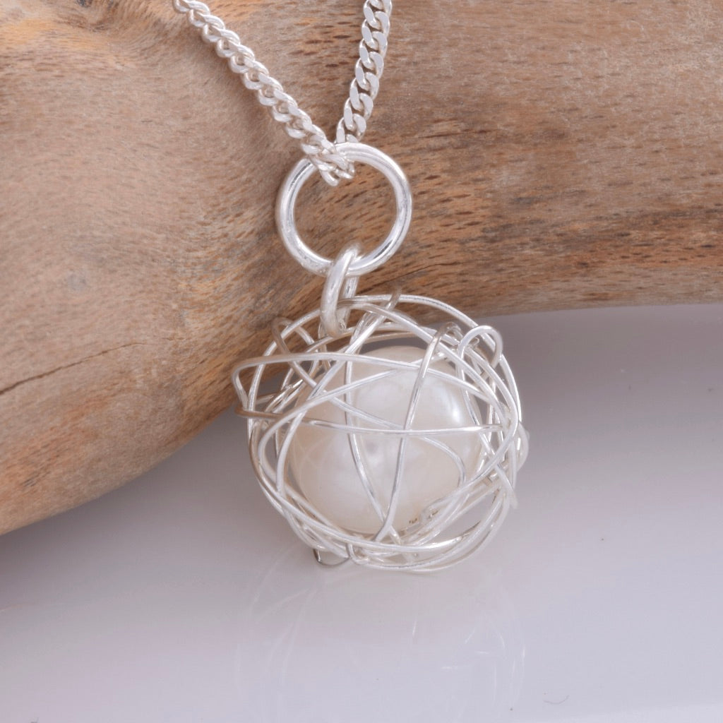 P672 - Pearl inside wire ball