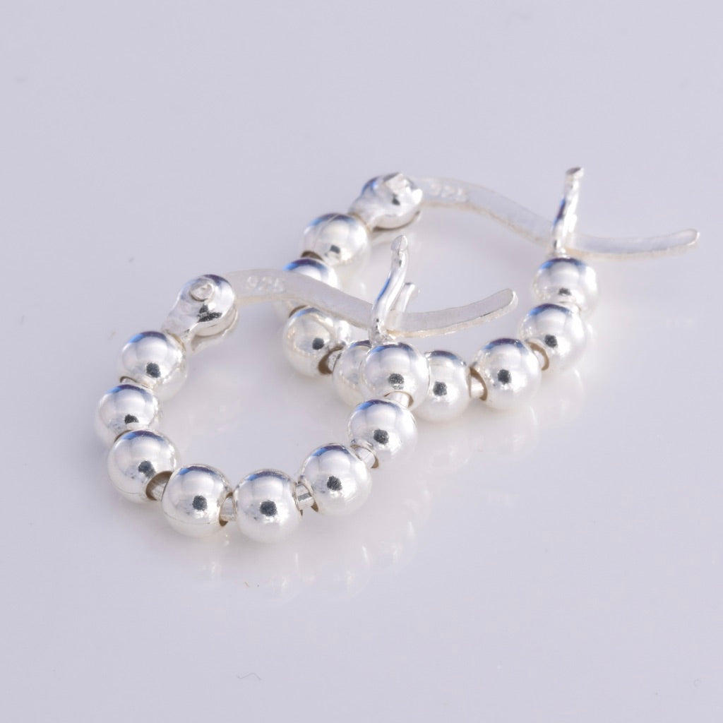 E561 - Silver string of beads hoop earrings 14mm