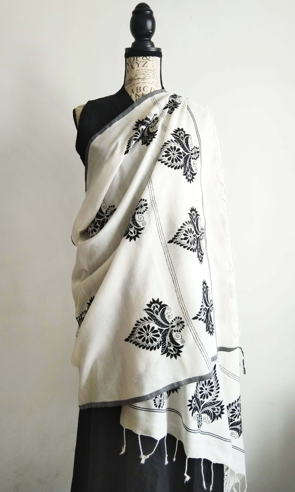 w08 Old Weave Uncut Handwoven Jamdani Sari In Soft Cotton By Cotton Muslin