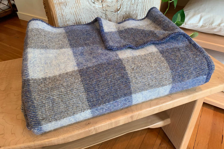 Traditional woollen blankets of 100% virgin wool yarn