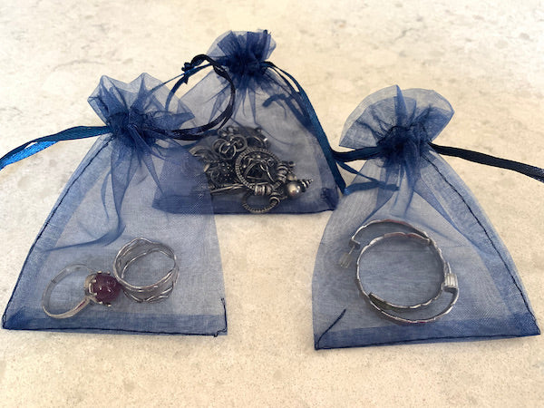 packing jewelry in organza bag for travel