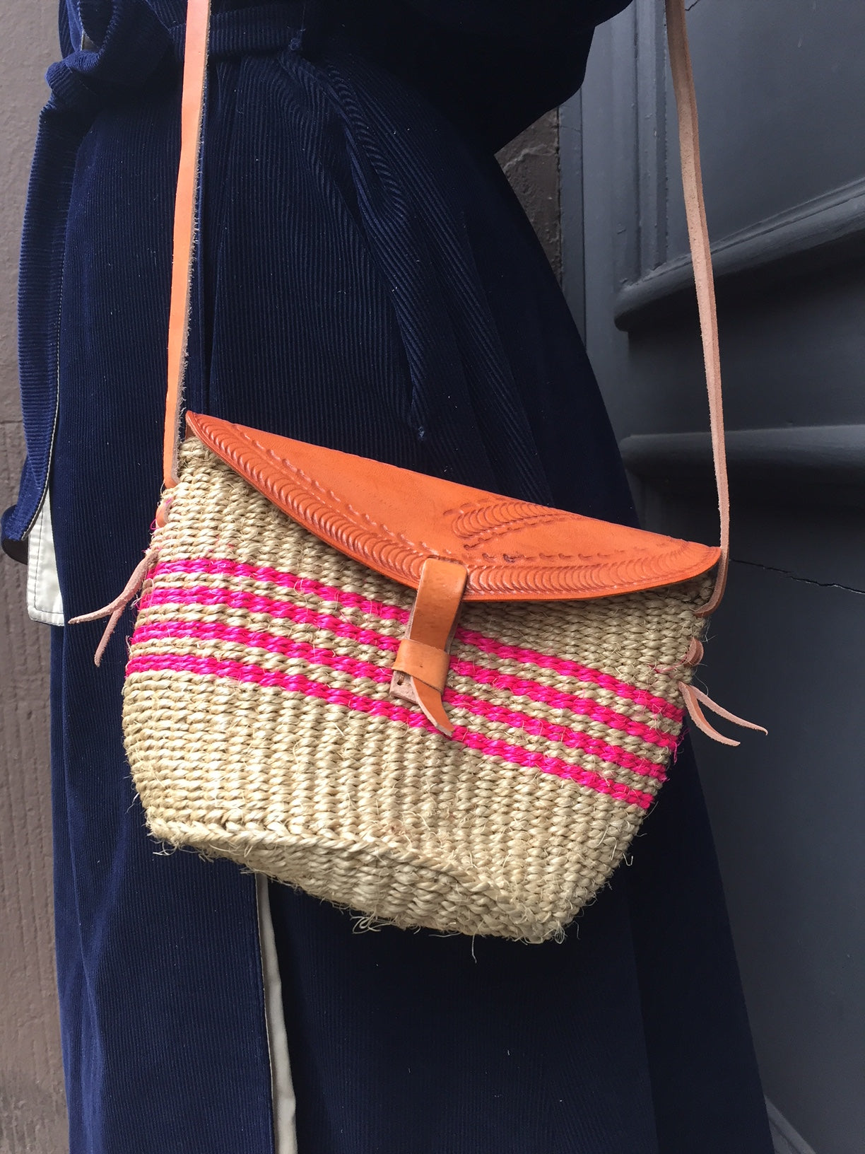 SISAL PURSE MIDI sand with pink