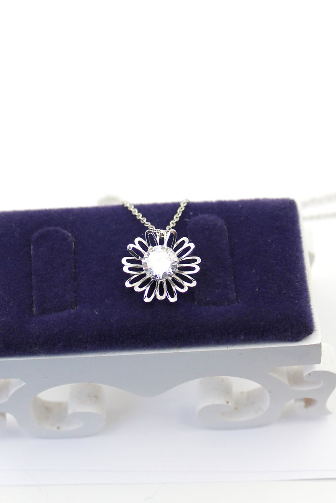 Simple small daisy crystal necklace