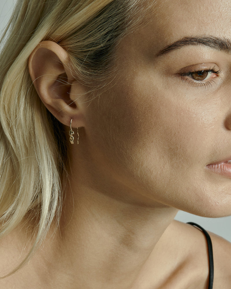 Single Gaia Wire Earring Gold | Sarah & Sebastian onBody