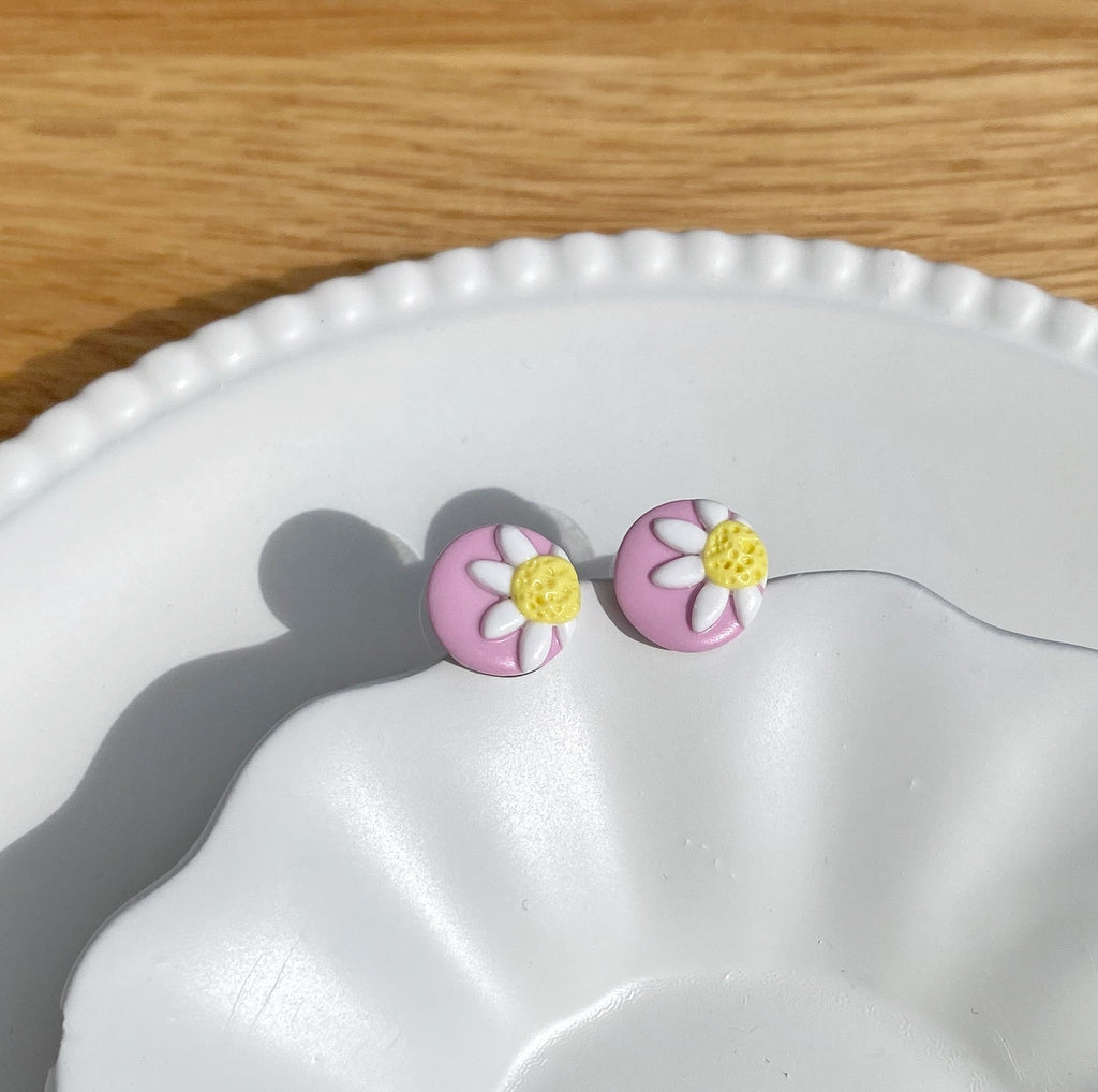 Teeny daisy stud - Light pink