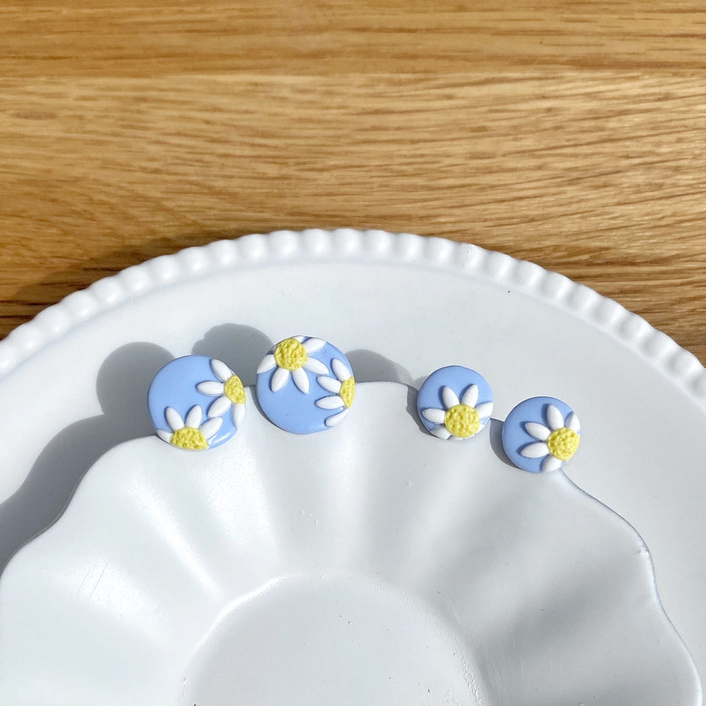 Teeny daisy stud - Light blue