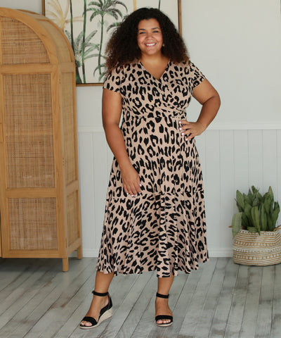 fixed wrap dress in animal print with short sleeves and skirt ruffle
