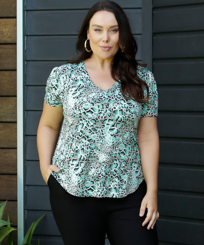 printed tailored top with v-neck and short sleeve with gather detail