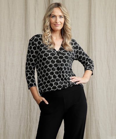 black and white printed tailored top with v neck and 3/4 length sleeves
