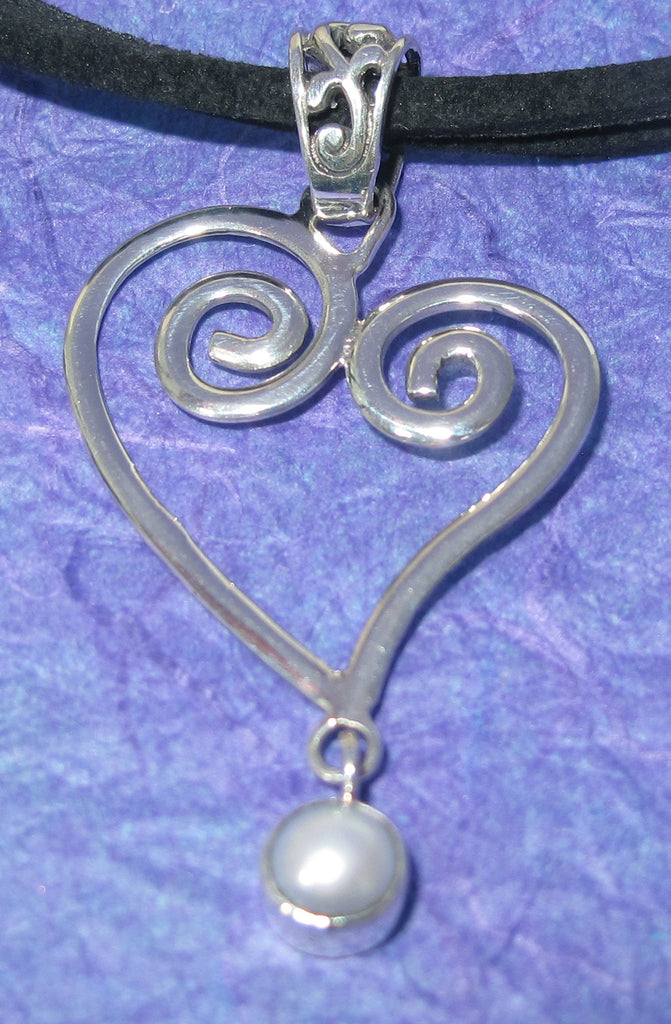 Swirl heart with swinging pearl - Agabhumi
