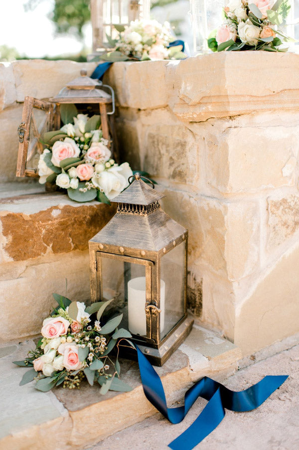 Use lantens to lead the wedding starcases