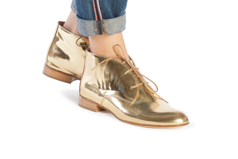 gold metallic chukkas, women's chukka boots, gold chukka flat boots for women, gold metallic leather women's chukka boots in extended large size 9,10,11,12,13 made in Italy on foot view