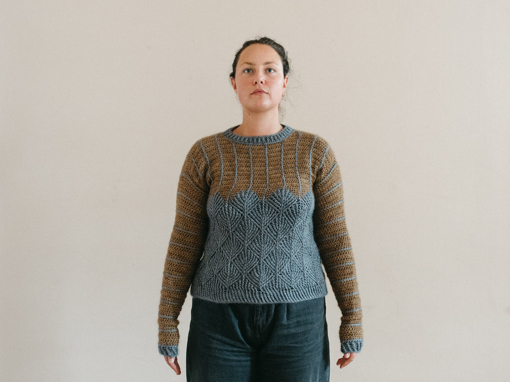 The Sivu sweater is a close-fitting sweater.