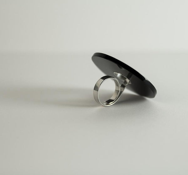 Anne-Karine Solgaard - Sirkel Ring Pleksi Sølv/Sort - Norway Designs