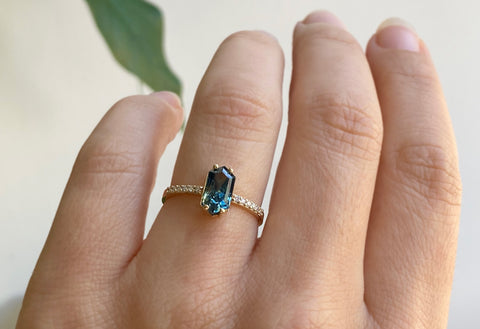 The Willow Ring with a Bicolor Sapphire