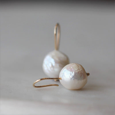 PEARL HOOK / EARRINGS