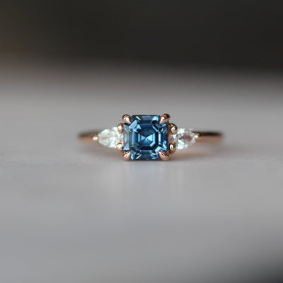 ASSCHER / TRILOGY RING