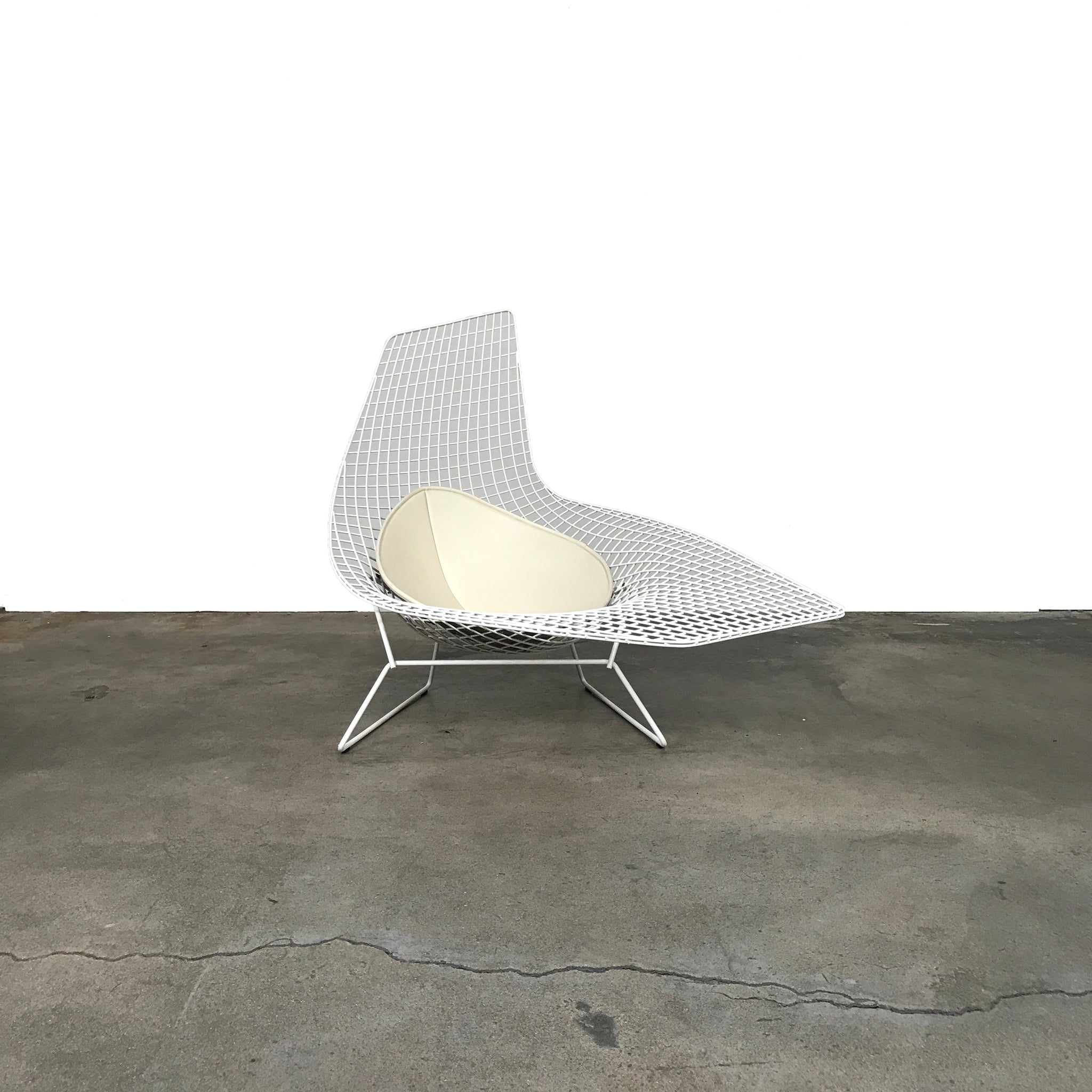 chaise harry bertoia elegant knoll bertoia asymmetric chaise side white rilsan protective. Black Bedroom Furniture Sets. Home Design Ideas