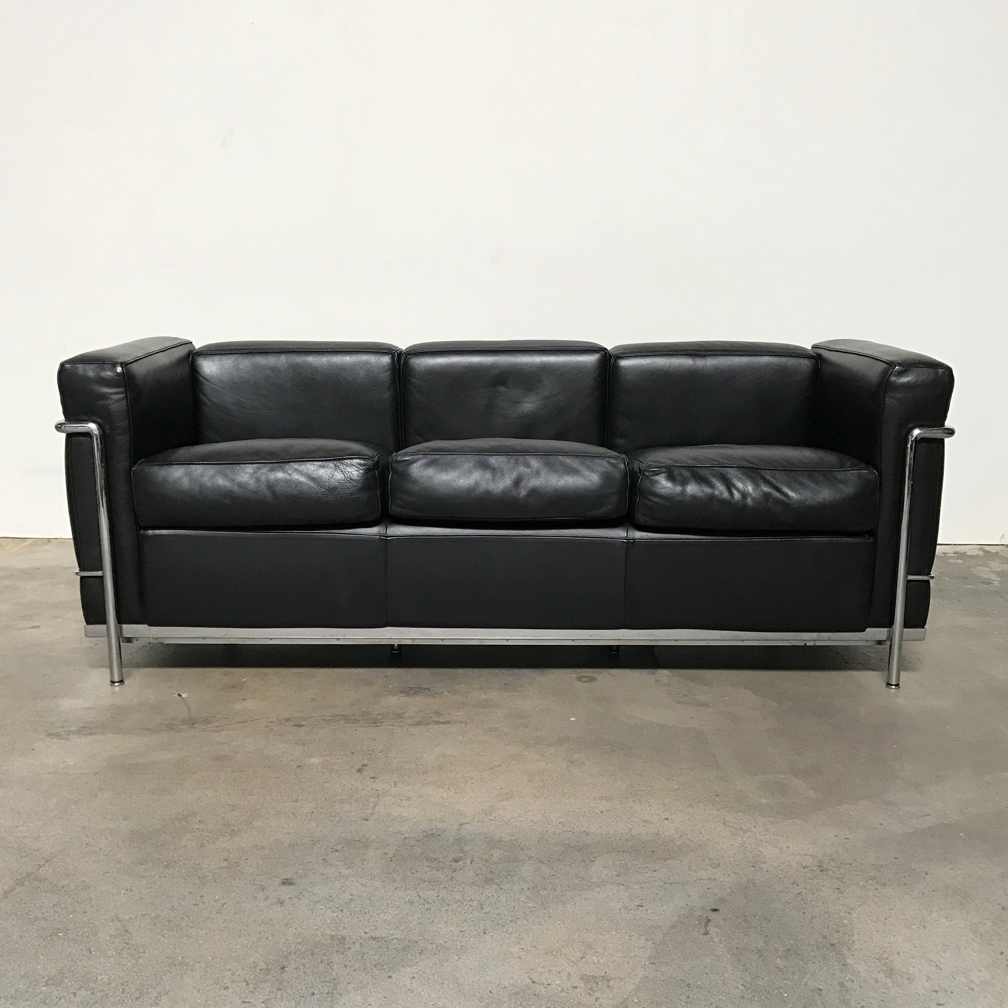 https://cdn.shopify.com/s/files/1/0581/8153/products/Modern_Resale_Used_Cassina_LC2_Petit_Modele_3_Seat_Sofa_Le_Corbusier_4_2048x.jpg?v=1500573866