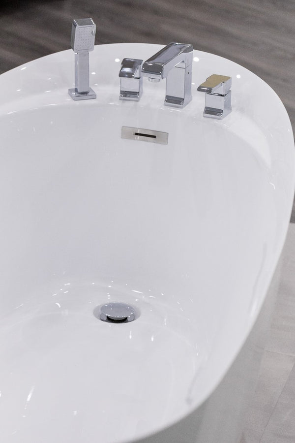 "Ovalo Modern Bathtub w/faucet 67"" - Nouveau Collection"