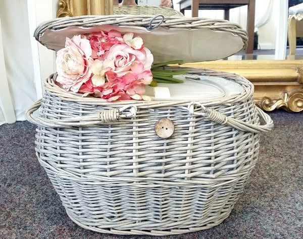 Gorgeous Wicker Insulated Picnic Basket With Cooler Bag Interior.