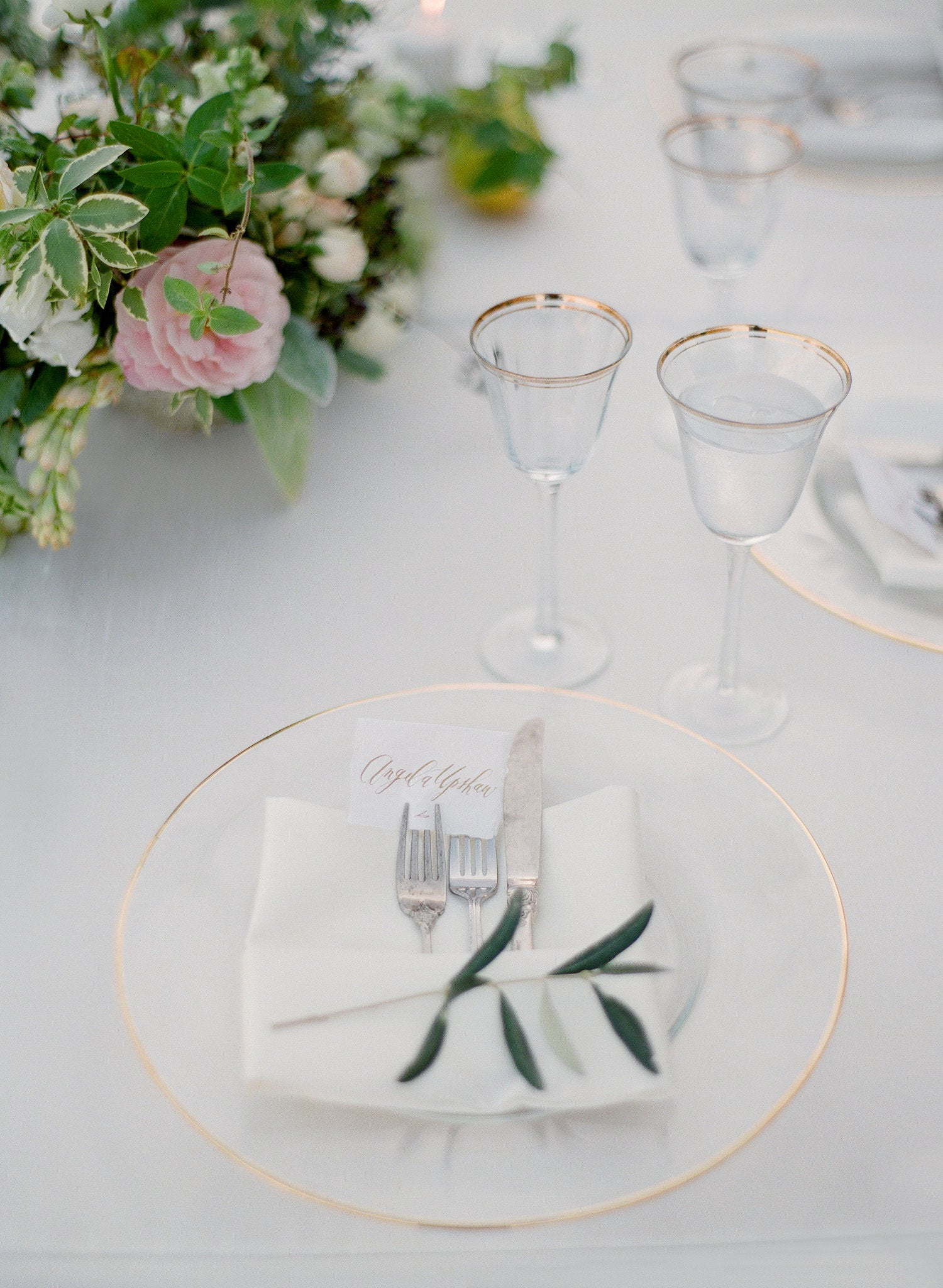 gold white table setting